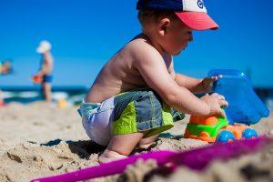 bambino spiaggia gioco mare